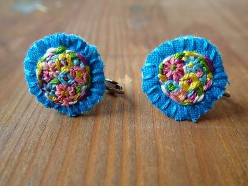 Flower embroidery of earrings ao