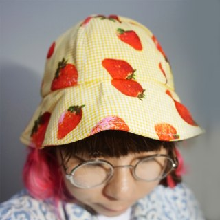 A MERRY HEART ♥ lovely summer strawberries can love hat (black / yellow)