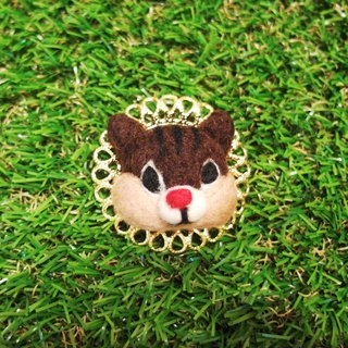 Mew in Wonderland ─ wool felt little chipmunk red nose pin