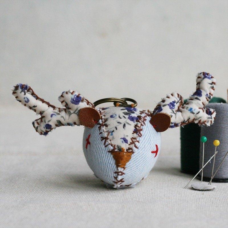 【布完美】丹寧麋鹿 手縫吊飾/鑰匙圈_藍紫小花_X光眼