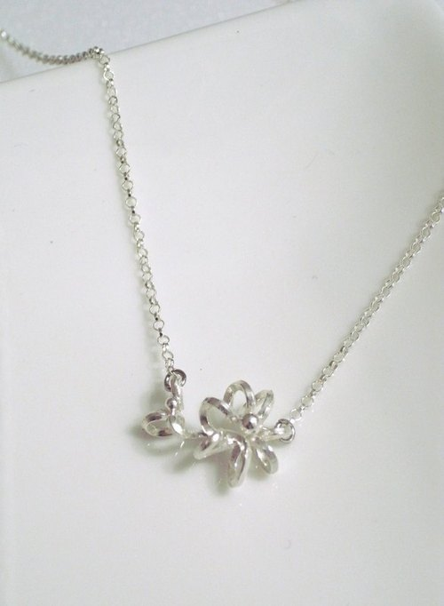 Three-dimensional flower necklace