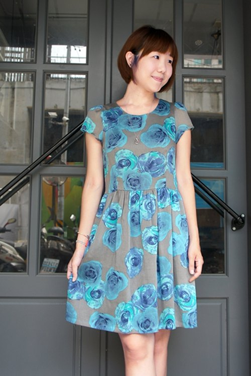 Gray-blue roses round neck dress