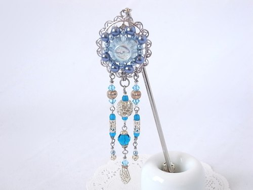 Hairpin of the light blue button and the blue-based beads such as tropical jelly