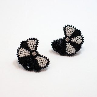 Flower Embroidery Earrings / Black & White