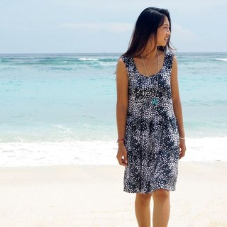 With the image of the sea foam and made bubble print sleeveless dress <Black>