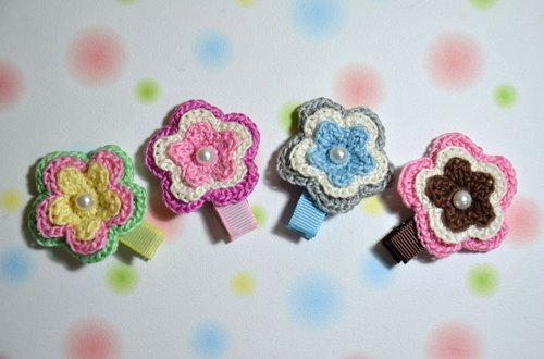 Knitting tricolor flowers hairpin