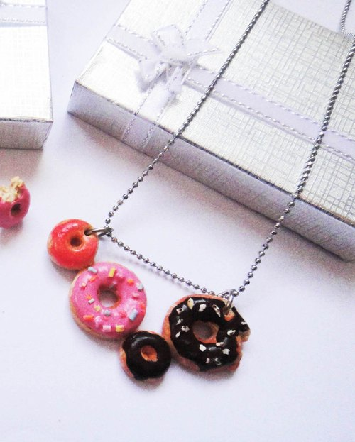 Total Donut Necklace