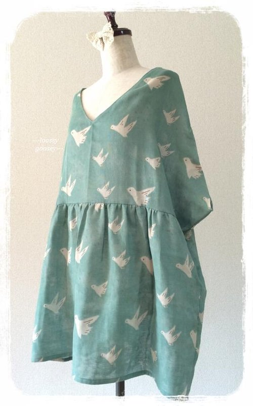 Birds drifting in the sky. Double gauze tunic dress: lime
