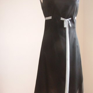 Significant lanky waist ribbon dress - black