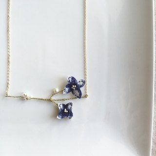 [ Bluesy Mod ] --- Slender Silhouette floret with freshwater pearl & crystal necklace . 黃銅幼線剪型花朵配淡水珍珠與水晶項鍊 [ 藍格布] ( BSS7 )