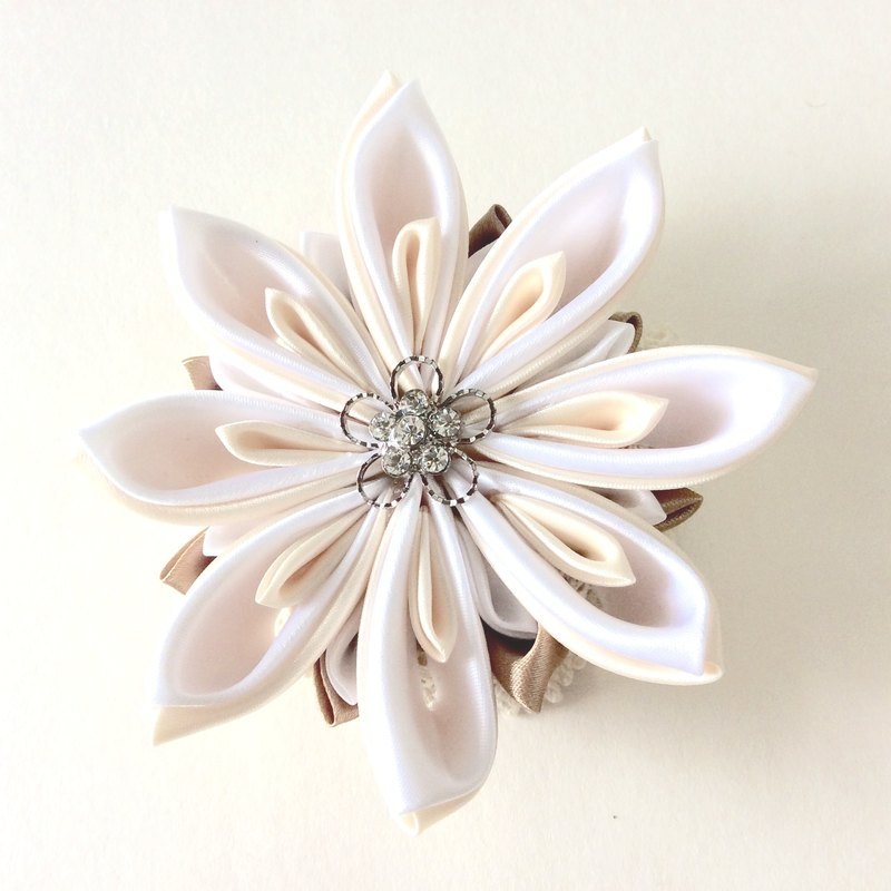 Kanzashi gold white ribbon flower brooch(つまみ細工)