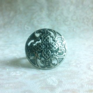 Buckle. Ring - Retro carved button ring - black and silver