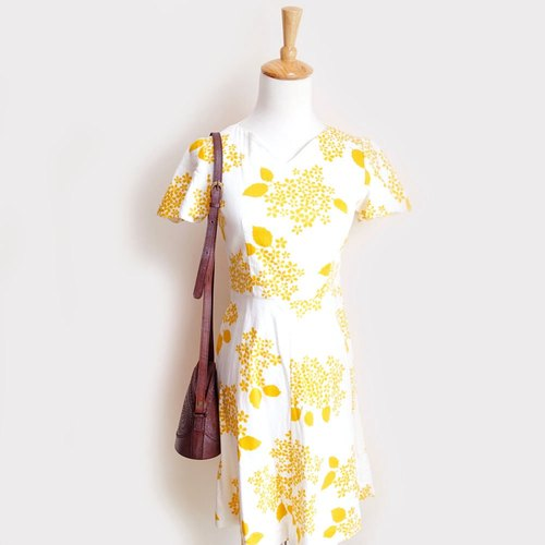 BajuTua / vintage / Ming yellow cherry white short-sleeved knee-length dress