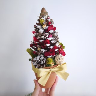 Christmas tribute - returning red hydrangea snow season pinecone Christmas tree