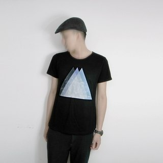 I . A . N Design triangular space black organic cotton short-sleeved T Organic Cotton