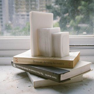 """Gold Dot Design Award 2015"" read - books modeling three-dimensional stone bookends"