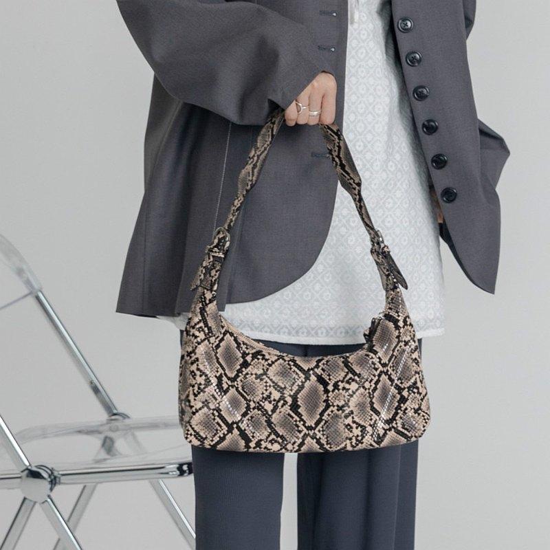 黑褐色 粼粼 特質蛇紋軟皮牛角包 單肩背腋下包 柔軟輕便隨身包