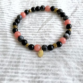 Rose sea shell | red chalcedony / black glitter stone / black agate | brass | natural stone bracelet