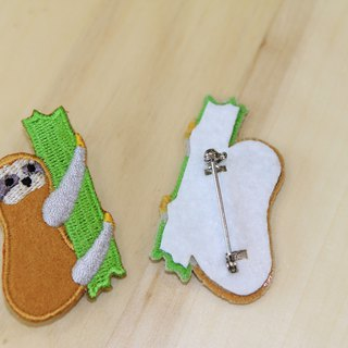 Cloth Embroidery Pin - Little Sloth Series Trying to climb the sloth (single)