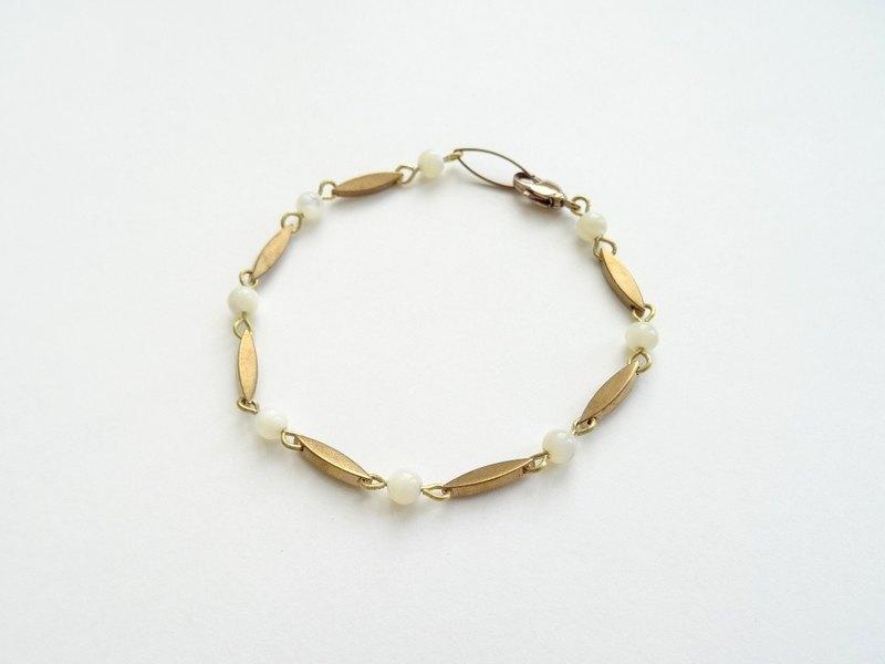 ::復古唐頓:: Lady Edith 貝殼珠黃銅手鍊 (圓珠款)