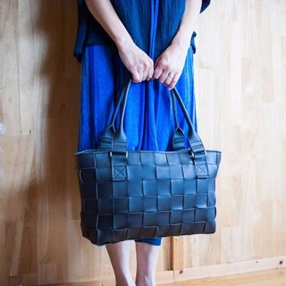 I knit with leather for a car seat. Braided leather, mesh leather / leather tote bag / black