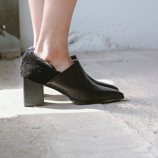 Wool heel excavation side with pointed leather boots black