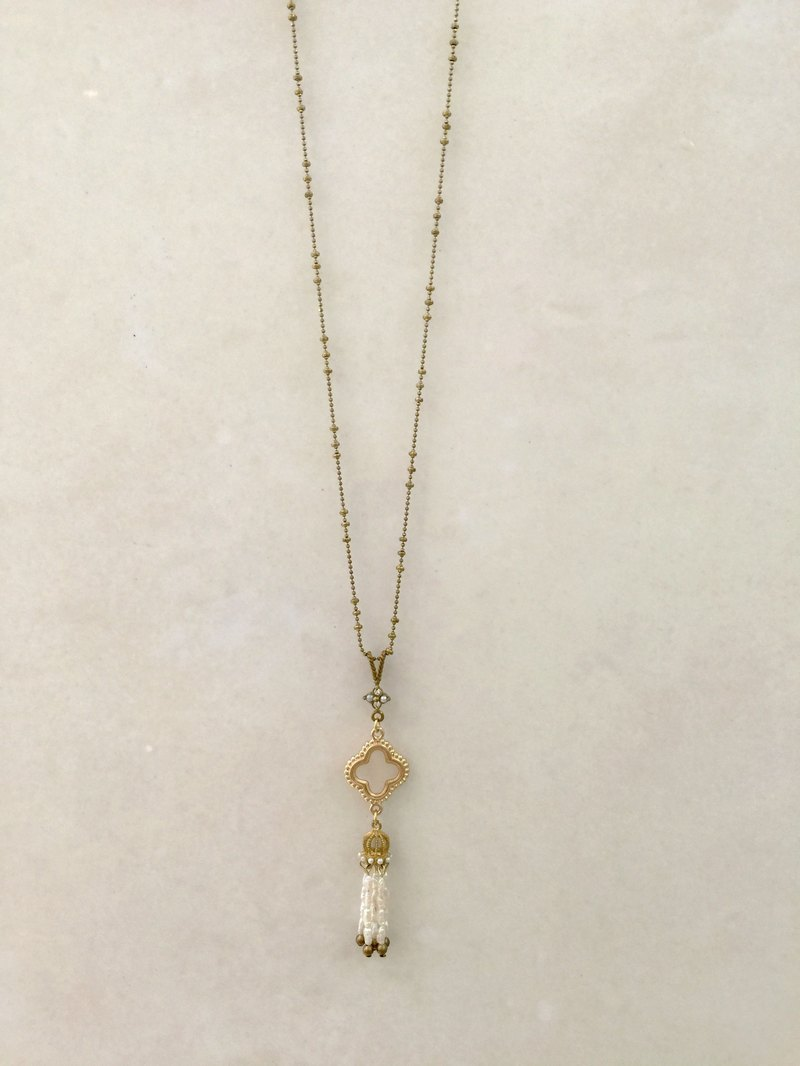 ∴Minertés = mother of pearl clover ‧ Pearl (jade green) ‧ brass tassel necklace ∴