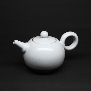 Run white gun nozzle is round teapot hand made pottery tea props
