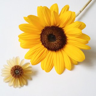 Sunflower brooch beige · black