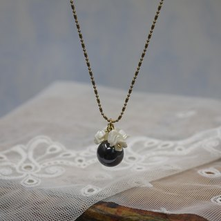 [Riitta] Obsidian Shell Flower Necklace