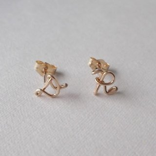 Hitotsubu initial stud earrings [cursive]