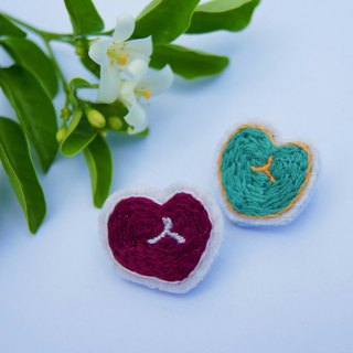 Sweetheart _ hand-embroidered pin (red)