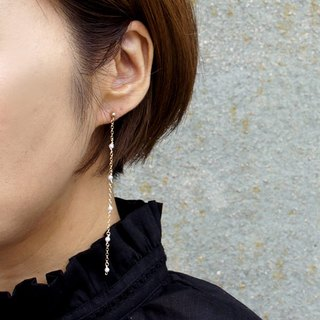 One ear earring / 14 kgf freshwater pearl × vintage pearl long chain earring