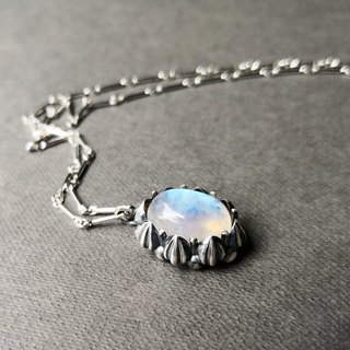 Delia flower retro silver pendant chain - blue halo moonstone