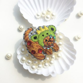 Cat embroidered brooch wearing frog headgear