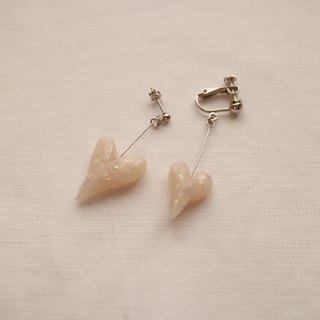 Baum heart pierced earrings white