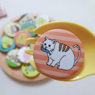 Cats eat fish / tin badge badge