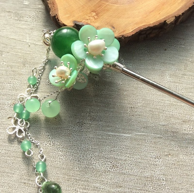 Meow hand ~ Chinese wind double-sided plum green agate hairpin