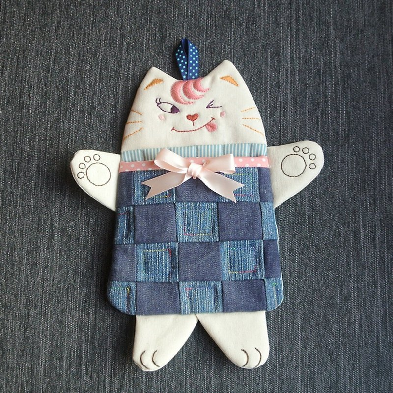 Small pink playful cat pendant bag