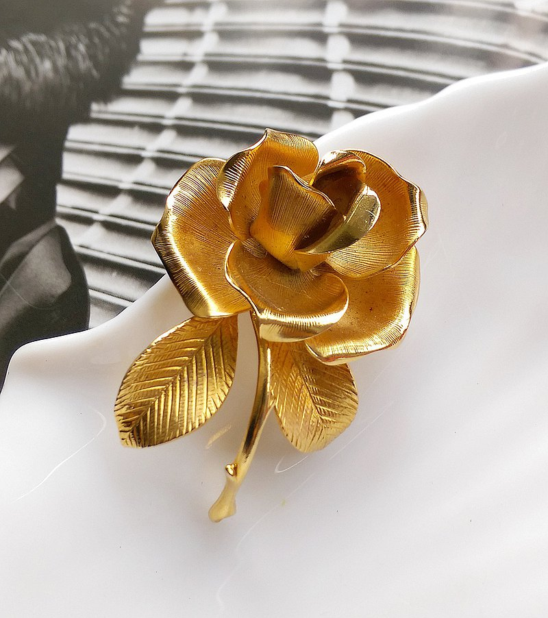 Western antique jewelry. CERRITO three-dimensional gold rose pin