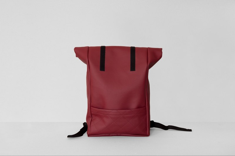 Roll-up backpack in cherry red