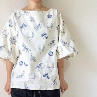 Embroidery flowers and animals Balloon sleeve white blouse