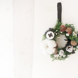 White frosting snowflake Christmas wreath, cedar and cotton dry flower classic flower ceremony