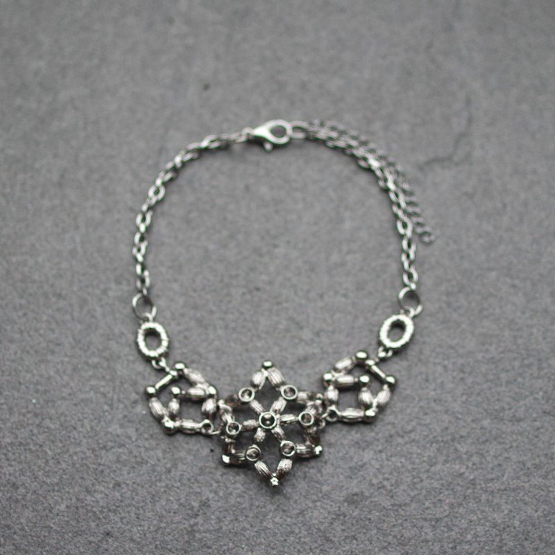 Six-pointed star necklace