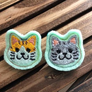 Meng Meng cat embroidered brooch pin 2 (at the end of cloth color randomly produced)