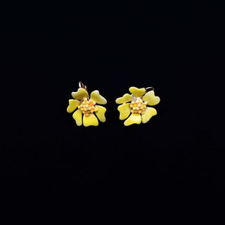 Pumpkin Vintage. 1950's Handmade Small Yellow Flower Clip Earrings