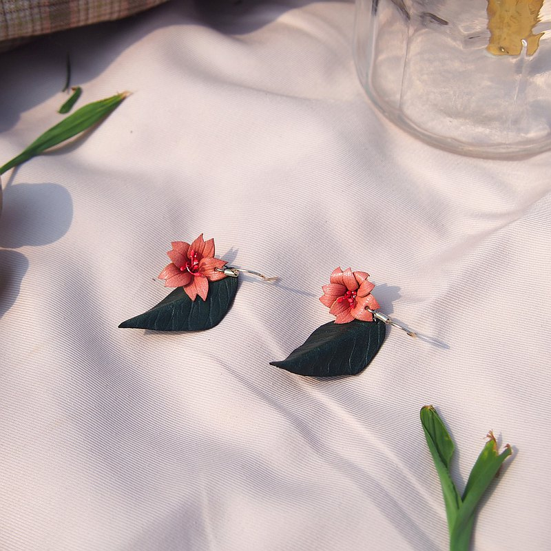 [Spring] Sakura earrings with leaves-hand-cut hand-dyed vegetable-tanned leather earrings