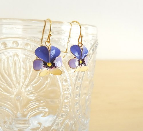viola pierced earrings or clip-on earrings  <A>