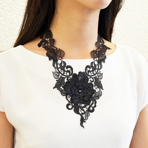 Charming and moving embroidery necklace