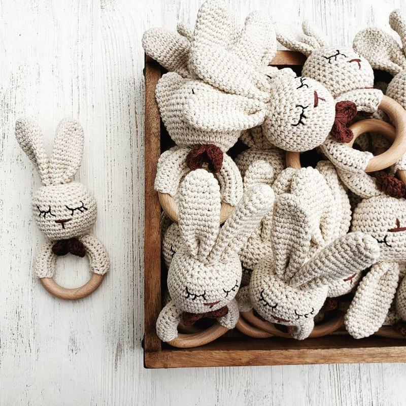 獨家款:  美國Mali Wear有機棉兔兔造型手搖鈴 (瞇瞇眼)